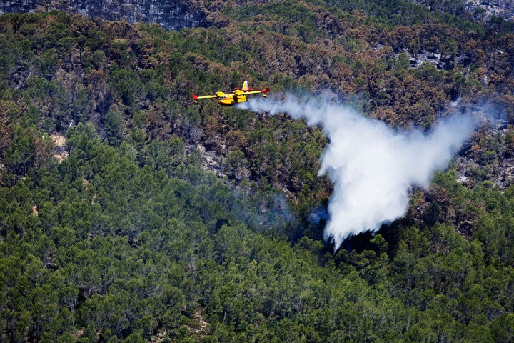 Udsigten fra terassen, fly dumper vand på mindre skovbrand